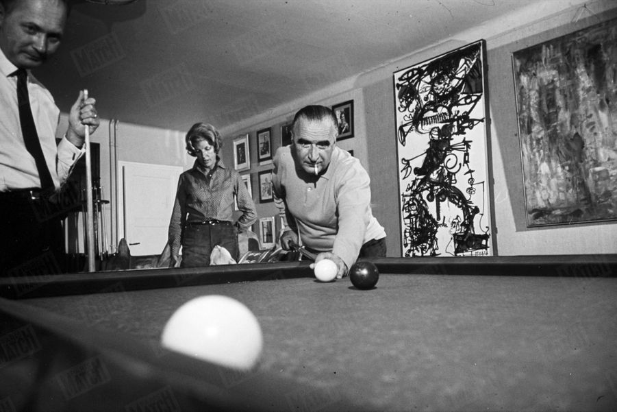 Georges Pompidoujoue au billard avec son beau-frère François Castex, dans sa maison d'Orvilliers,dans les Yvelines,en juillet 1965.