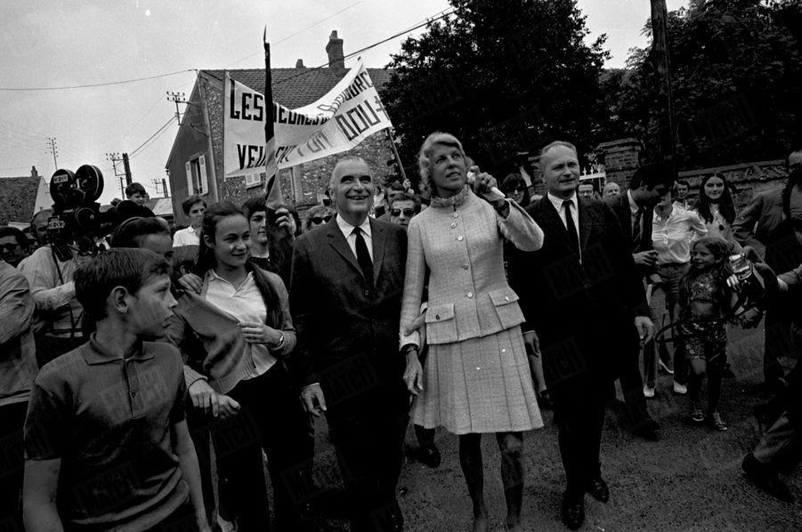 Georges Pompidou et son épouse Claude dans leur village d'Orvilliers, lors de la campagne du second tour de l'élection présidentielle en juin 1969.