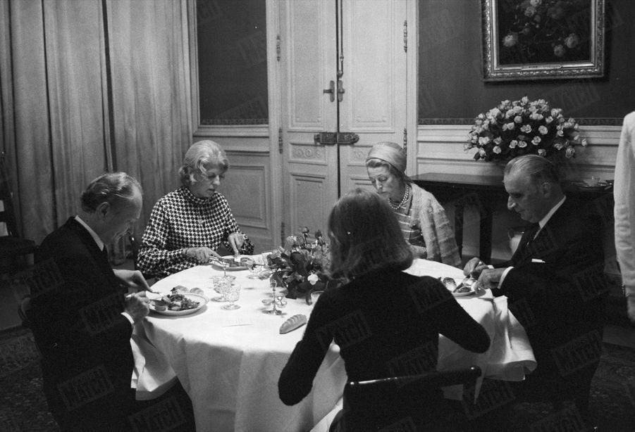 Georges Pompidou et son épouse Claude, premier diner à l'Elysée après son élection, en compagnie de Monsieur et Madame Castex (soeur de Claude) et de leur fille, en juin 1969.