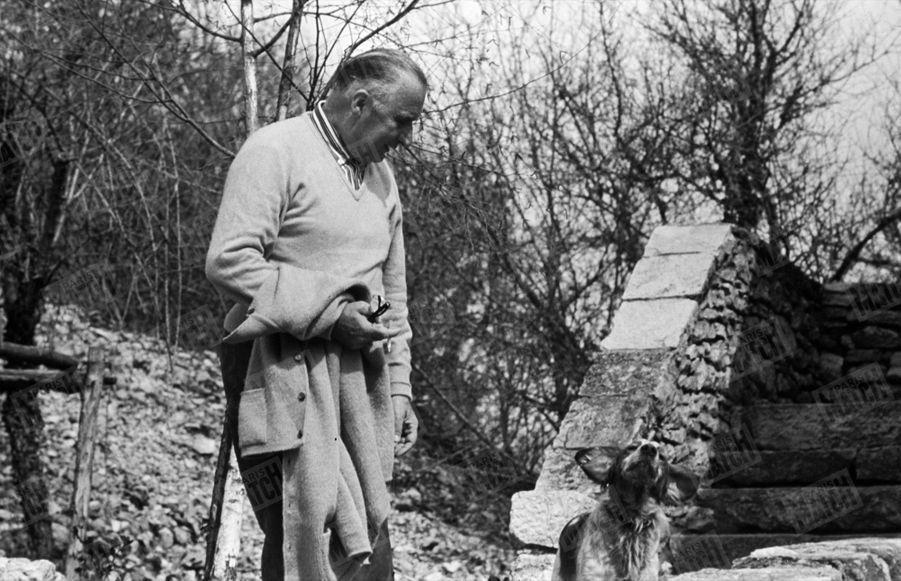 Le président Georges Pompidou dans sa ferme de Cajarc, dans le Quercy, pour les fêtes de Pâques, en avril 1970.