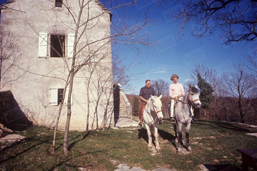 Georges Pompidou et son épouse Claude dans leur ferme de Cajarc, dans le Quercy, en mars 1965.