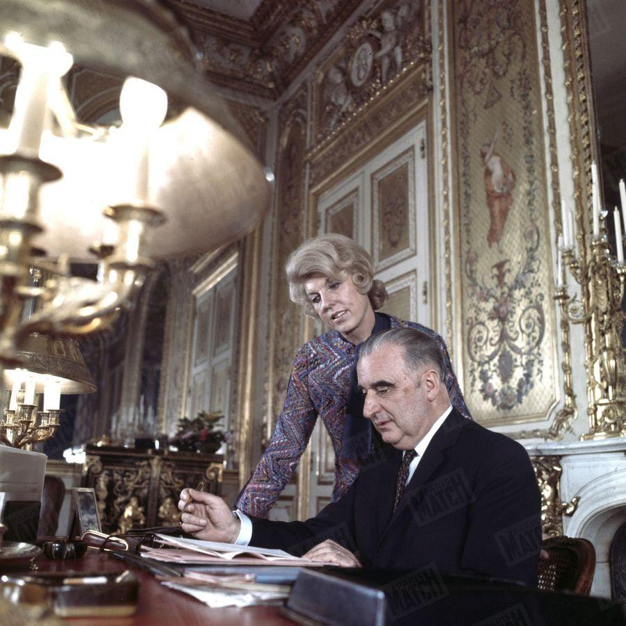 Le président Georges Pompidou avec son épouse Claude au Palais de l'Elysée, en décembre 1969.