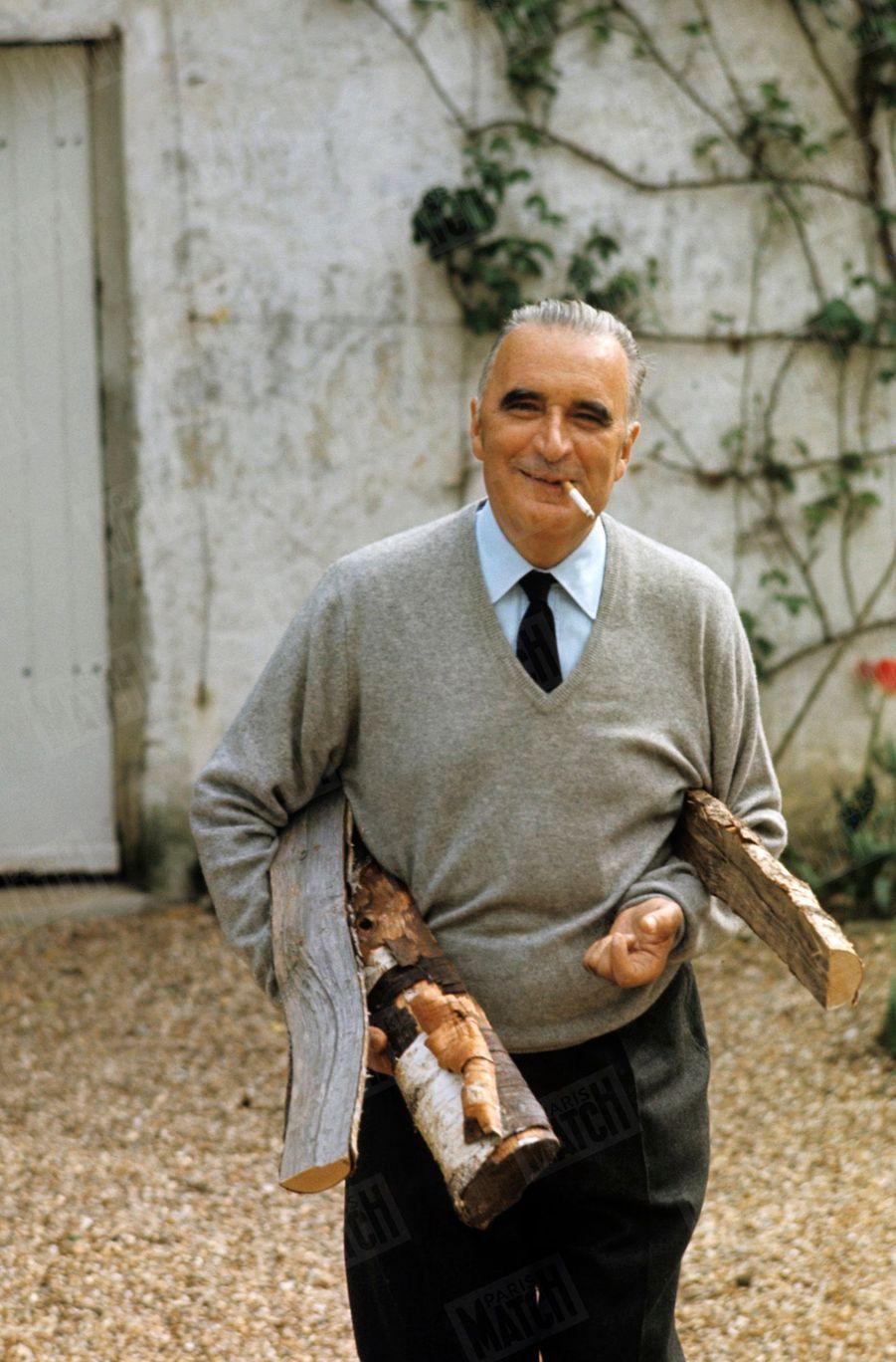 Georges Pompidou dans la cour de sa maison d'Orvilliers, dans les Yvelines,en juin 1969.