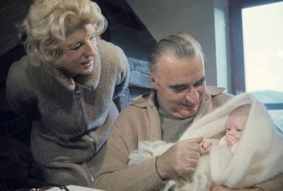 Georges Pompidou et son épouse Claude avec leur petit-fils Thomas, dans leur ferme de Cajarc, dans le Quercy, en décembre 1969.