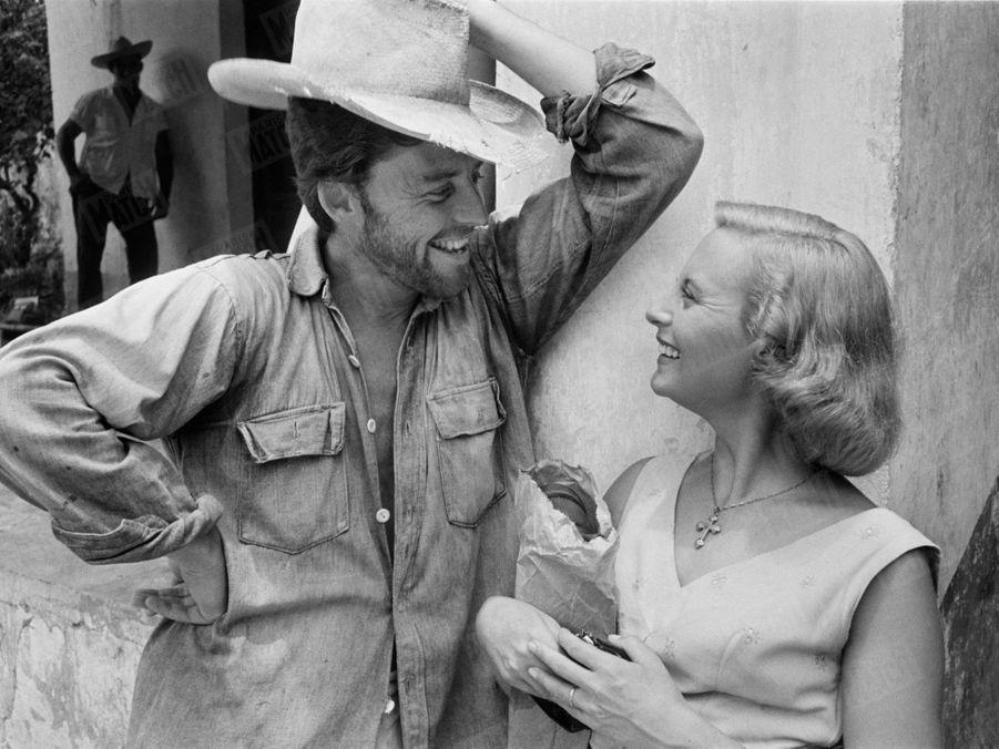 """Gérard Philipe avec Michèle Morgan sur le tournage du film """"Les orgueilleux"""" d'Yves Allegret, dans le petit port d'Alvarado, près de Vera-Cruz au Mexique, en 1953."""