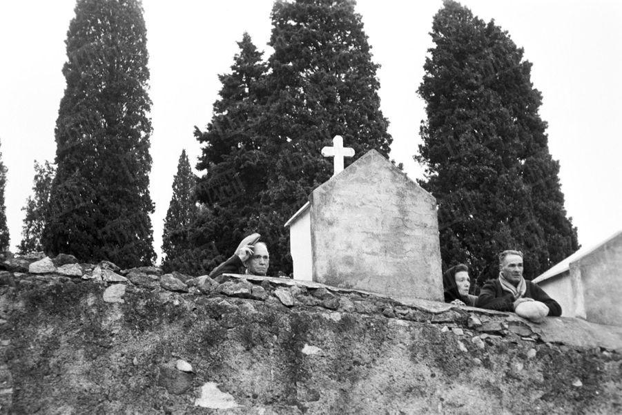 L'enterrement de Gérard Philipe, au cimetière de Ramatuelle, dans le Var, le 28 novembre 1959.