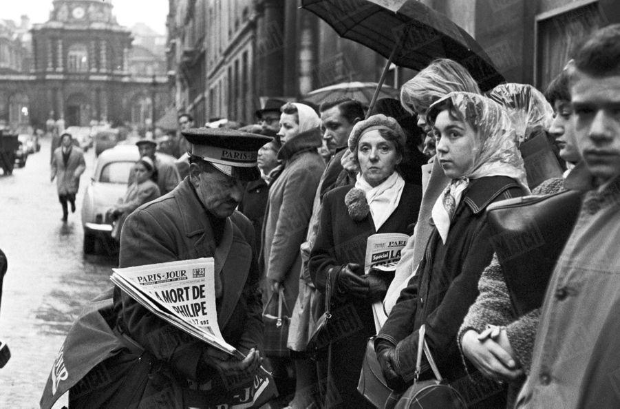Au lendemain de la mort de Gérard Philipe, le 25 novembre 1959, une foule d'admirateurs rassemblés devant l'entrée de l'immeuble de son appartement rue de Tournon, à Paris.