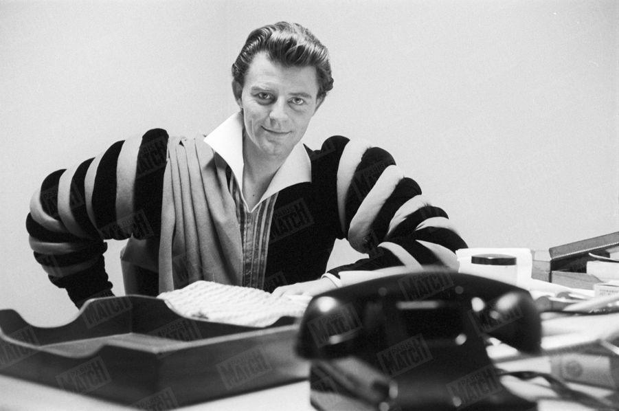 """Gérard Philipe joue """"Le Cid"""" de Pierre Corneille sur une mise en scène de Jean Vilar avec la troupe du TNP en octobre 1958, à Broadway."""