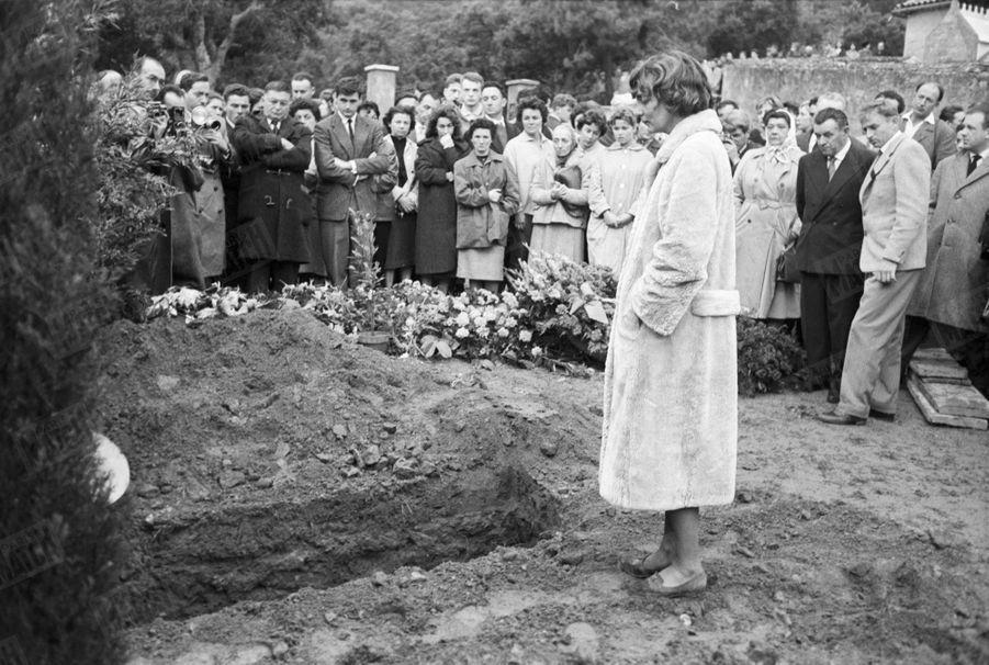 Anne, l'épouse de Gérard Philipe, à l'enterrement de son mari,au cimetière de Ramatuelle dans le Var, le 28 novembre 1959.