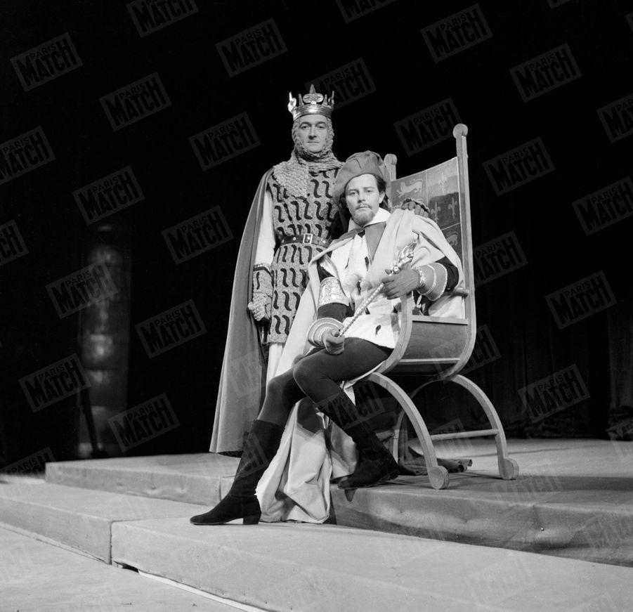 Gérard Philipe et Jean Vilar, répétant Richard II de William Shakespeare, au Théâtre de Chaillot en 1953.