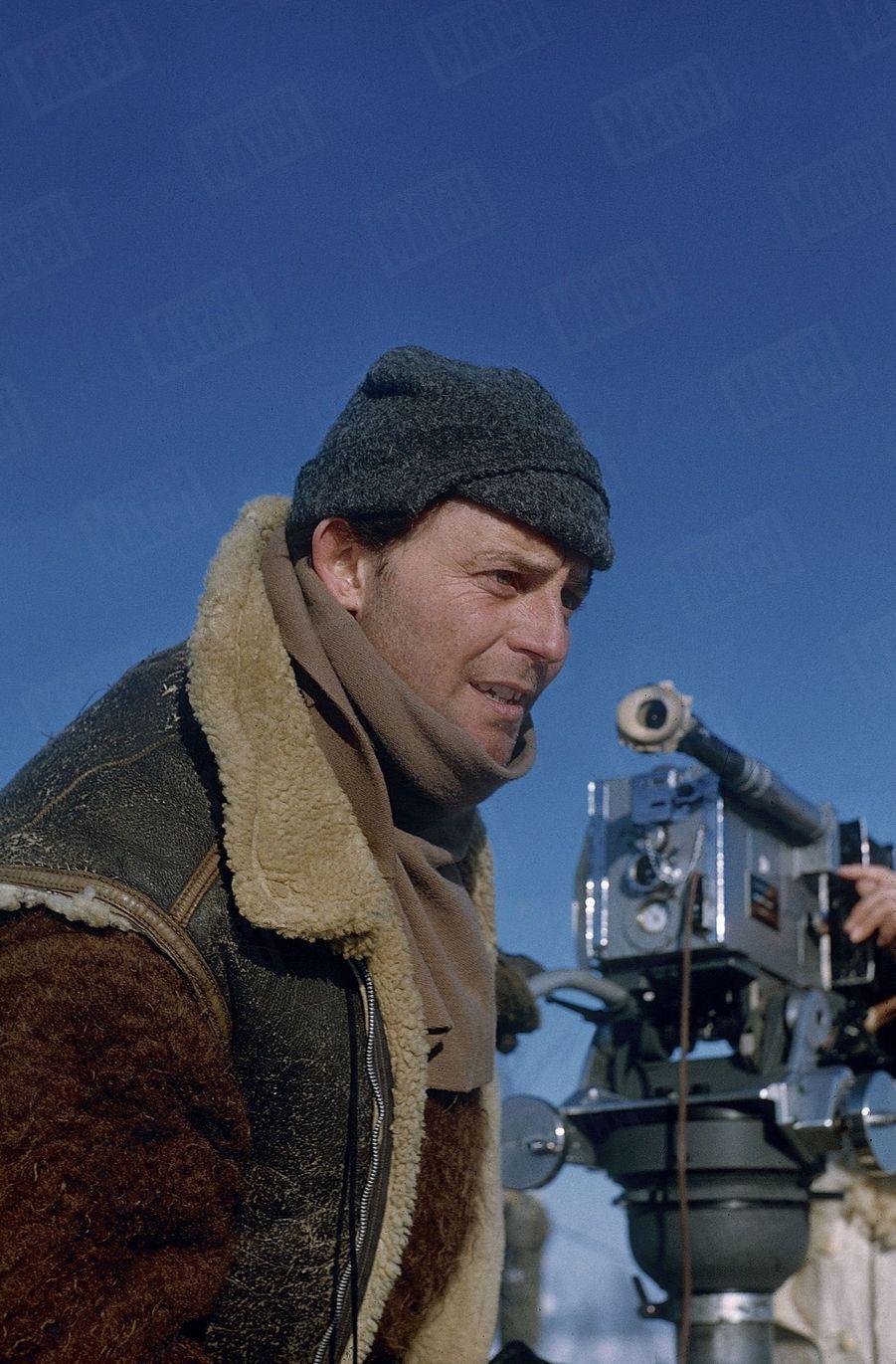 """Gérard Philipe sur le tournage de son film """"Till l'espiègle"""", en 1956."""