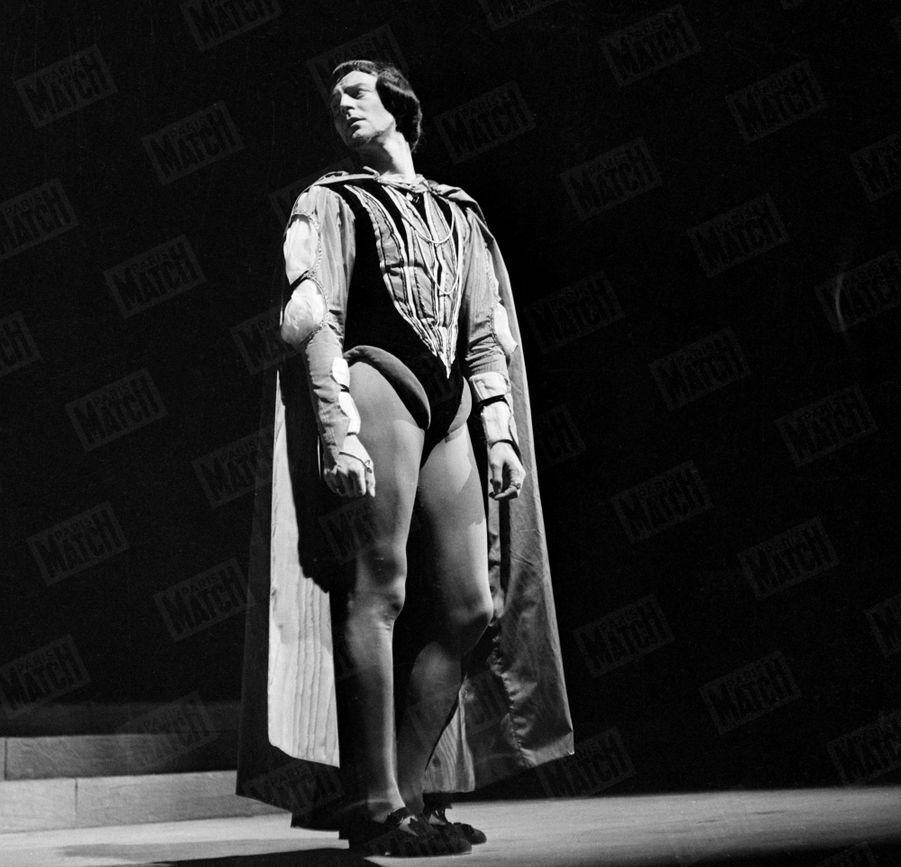 """Gérard Philipe interprète le rôle de Lorenzo de Médicis dans """"Lorenzaccio"""" d'Alfred de Musset, mis en scène par ses soins au TNP-Chaillot à Paris en 1952."""