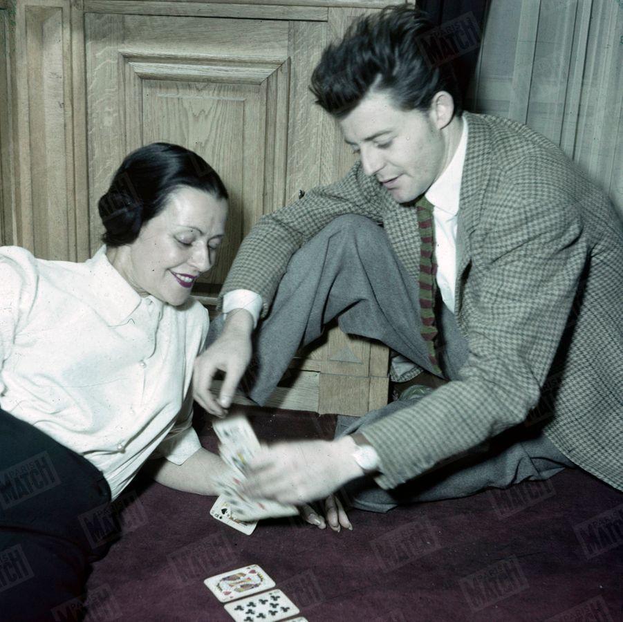 Gérard Philipe se faisant tirer les cartes par sa mère Minou, en mars 1950.