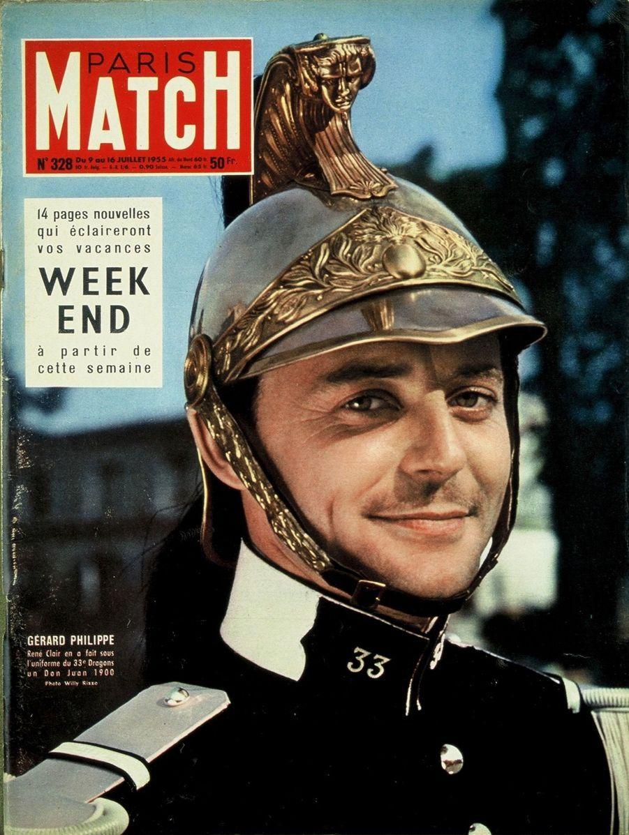 """Gérard Philipe portant l'uniforme du 33ème Dragons, son costume pour le film de René Clair """"Les Grandes manœuvres"""", en couverture de Paris Match n°328, daté du 9 juillet 1955."""