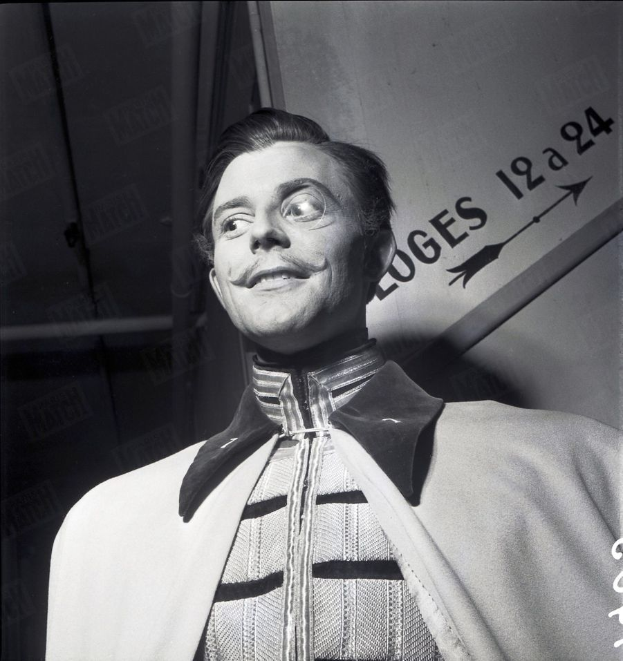 """Gérard Philipe sur le tournage du film """"La Ronde"""" de Max Ophuls, en janvier 1950."""
