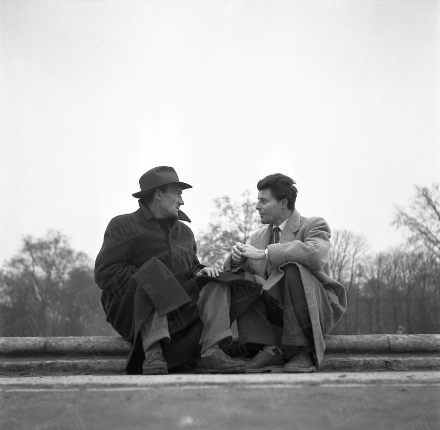 Gérard Philipe et Jean Vilar, le directeur du TNP, discutant assis sur le bord du grand bassin des Tuileries, au début des années 50.