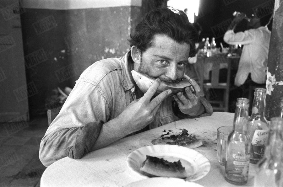 """Gérard Philipe sur le tournage du film """"Les orgueilleux"""" d'Yves Allegret, dans le petit port d'Alvarado, près de Vera-Cruz au Mexique, en 1953."""
