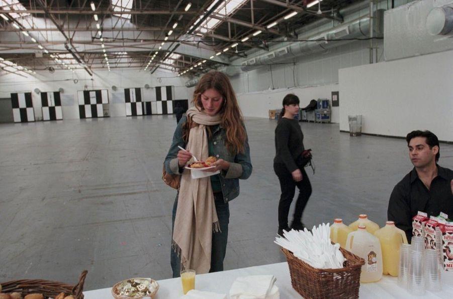 Casting pour la jeuneGisele Bündchen, lors de son premier rendez-vous avec Paris Match en avril 2000.