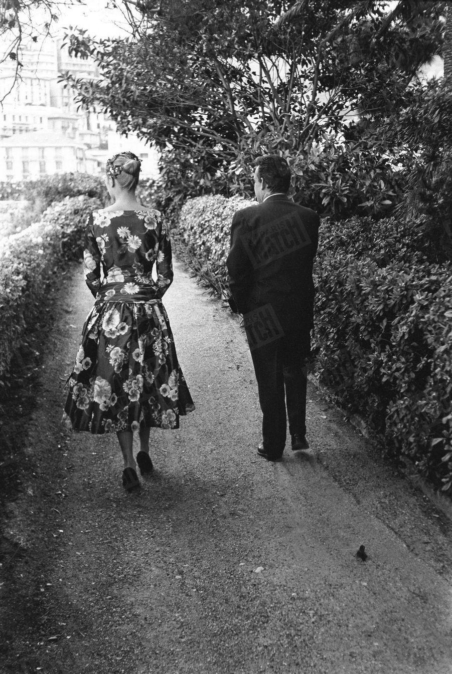 Grace Kelly et Rainier III lors de leur rencontre au Palais Princier de Monaco, le 6 mai 1955.