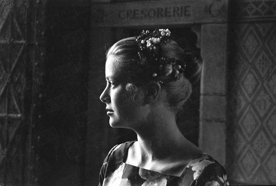Grace Kelly lors de sa rencontre avec son futur époux Rainier III, au Palais Princier de Monaco, le 6 mai 1955.