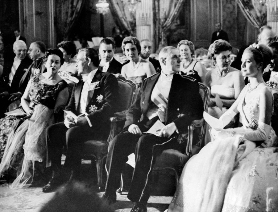 « Rainier a évoqué le temps où il était lieutenant sous de Gaulle. Au 2° rang, de g. À dr. : le prince Pierre de Monaco, Me Marella, Mme Monnerville, M. Chaban-Delmas, Mme Debré, le général Corniglion-Molinier, la princesse de Polignac, Mme Chaban-Delmas, M. Monnerville. Toute la République était là. » - Paris Match n°550, samedi 24 octobre 1959.