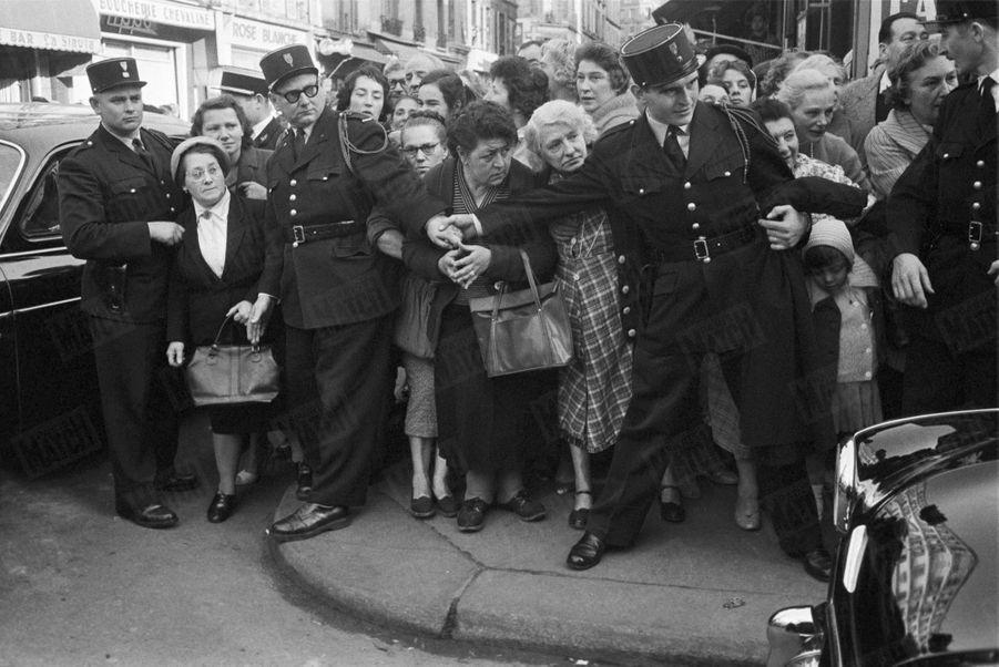 « Au quartier populaire des Epinettes, c'est l'accueil de Paris romanesque. Les femmes surtout veulent apercevoir la belle princesse qui est leur éternelle Cendrillon.» - Paris Match n°550, samedi 24 octobre 1959.