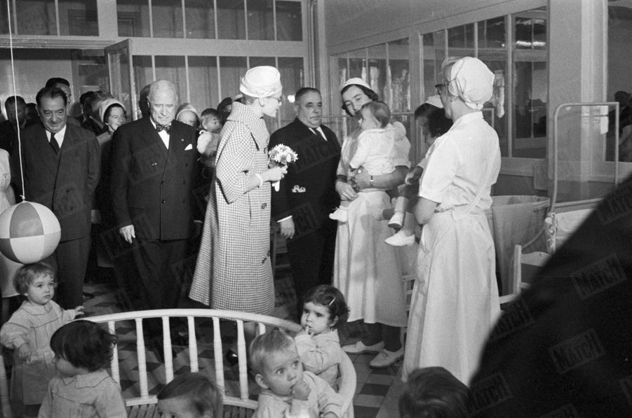 La Princesse Grace de Monaco, en visite à la crèche de la Compagnie des Chemins de fer de l'Ouest, dans la Cité aux Fleurs, dans le quartier des Épinettes, dans le XVIIe arrondissement, à Paris, en octobre 1959.