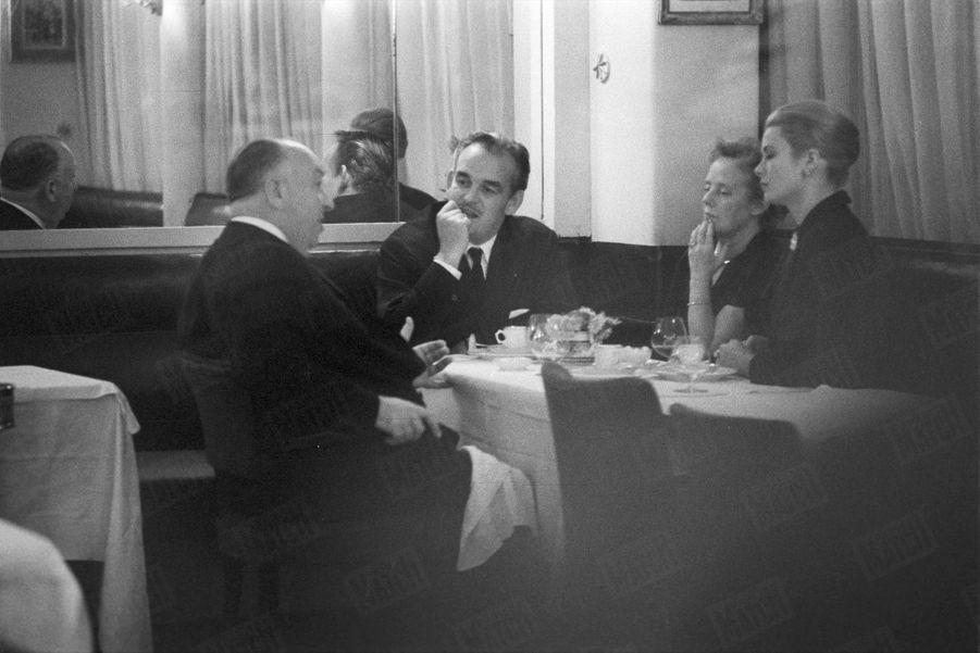 Grace et Rainier ont pu dîner avec Alfred Hitchcock, lors de leur visite à Paris. Le réalisateur, qui avait donné à l'actrice ses plus grands rôle du temps où elle s'appelait encore Kelly, était également de passage dans la capitale française, en octobre 1959.