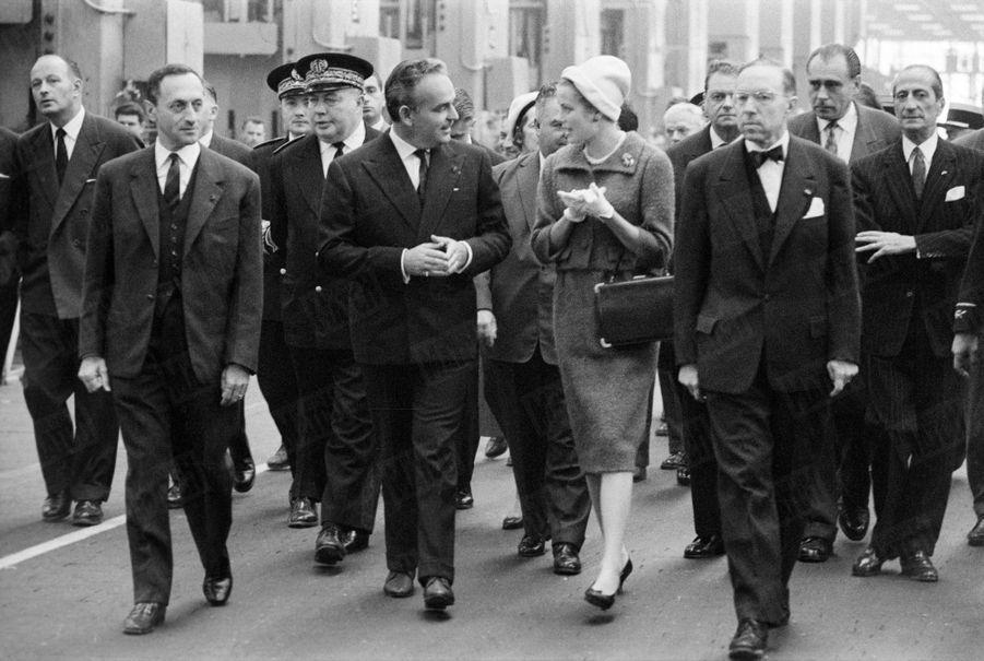 Grace de Monaco et le prince Rainier en visite à l'usine Renault de Flins, le 14 octobre 1959.
