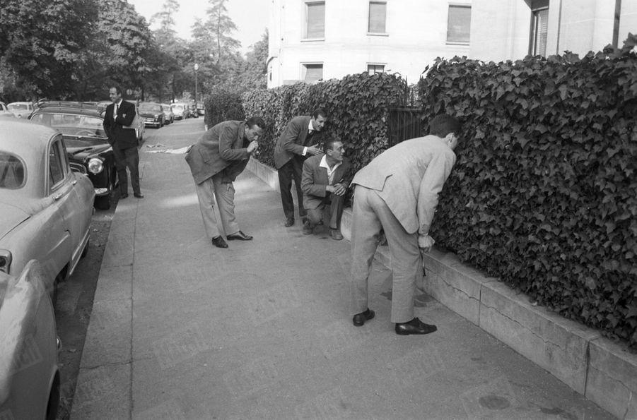 Les indiscretsphotographes à l'affût d'un cliché des enfants de Grace et Rainier, enoctobre 1959.