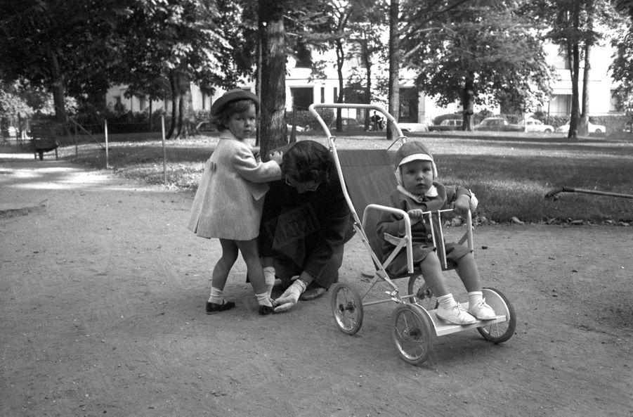 « Pendant que Papa et Maman sont les hôtes des réceptions officielles, les héritiers de Monaco sont en vacances. Caroline 2 ans et demi et l'espiègle Albert, 19 mois, ont quitté leur appartement parisien, avenue Maunoury. Miss King, la nurse, les accompagne ; un policier en civil éloigne les photographes trop indiscrets. Paris, pour les enfants des princes, c'est surtout le bois de Boulogne. » - Paris Match n°550, samedi 24 octobre 1959.
