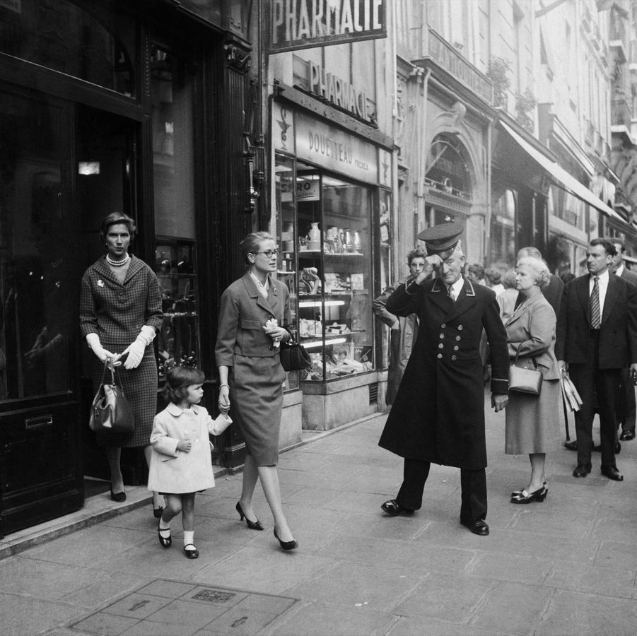 Grace de Monaco et sa fille Caroline en promenade dans Paris, en octobre 1959.