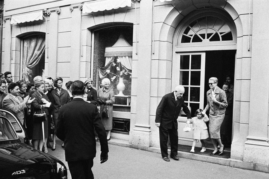 Grace de Monaco et sa fille Caroline font les boutiques, avenue George V à Paris, en octobre 1959.
