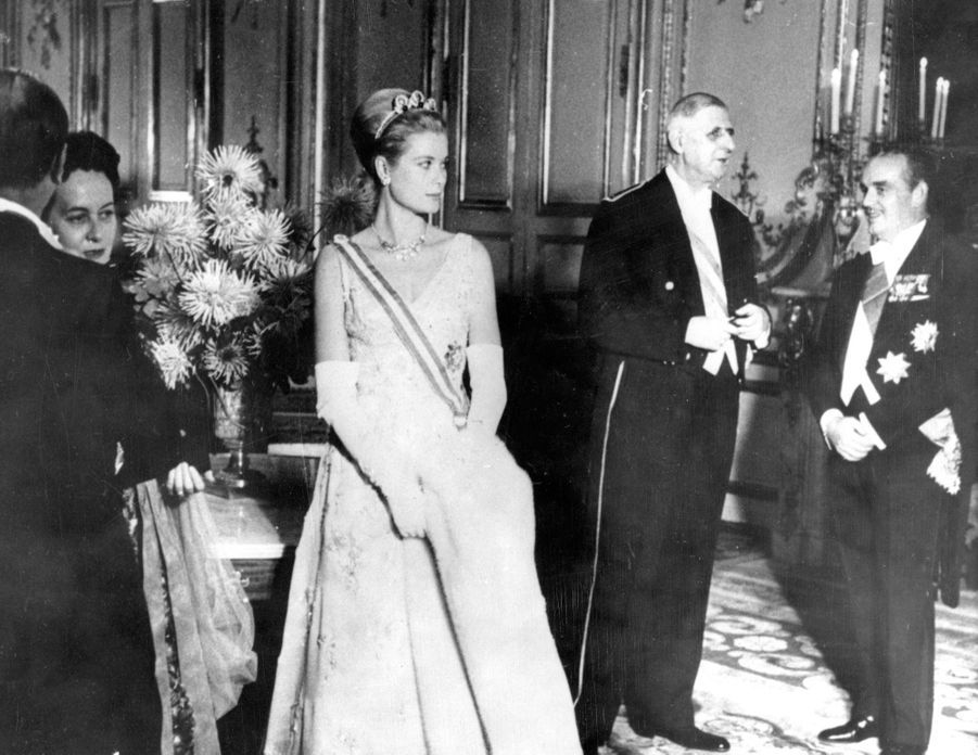 Grace de Monaco et le prince Rainier III de Monaco reçus par le président Charles de Gaulle, lors d'un grand gala au Palais del'Elysée,en octobre 1959.