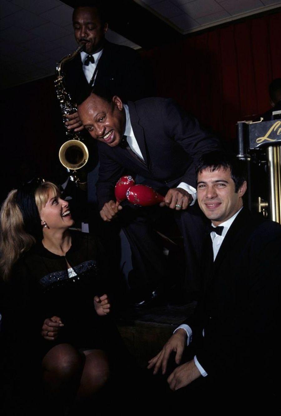 Sophie Daumier et Guy Bedos avec le vibraphoniste de jazz Lionel Hampton à New York en septembre 1963.