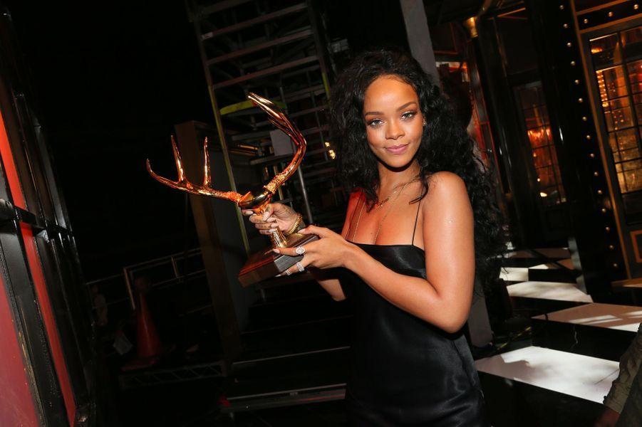 Rihanna et son trophée