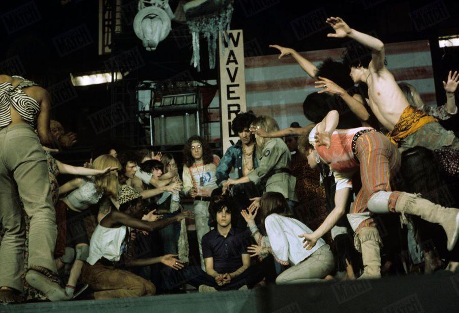 «Hair» : les répétitions de la comédie musicale au théâtre de la Porte Saint-Martin, en mai 1969.Au centre Julien Clerc.