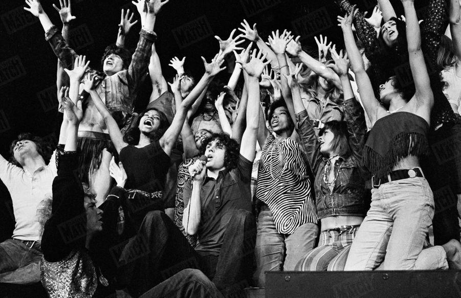 «Hair» : la comédie musicale au théâtre de la Porte Saint-Martin, en juin 1969. Au centre Julien Clerc.
