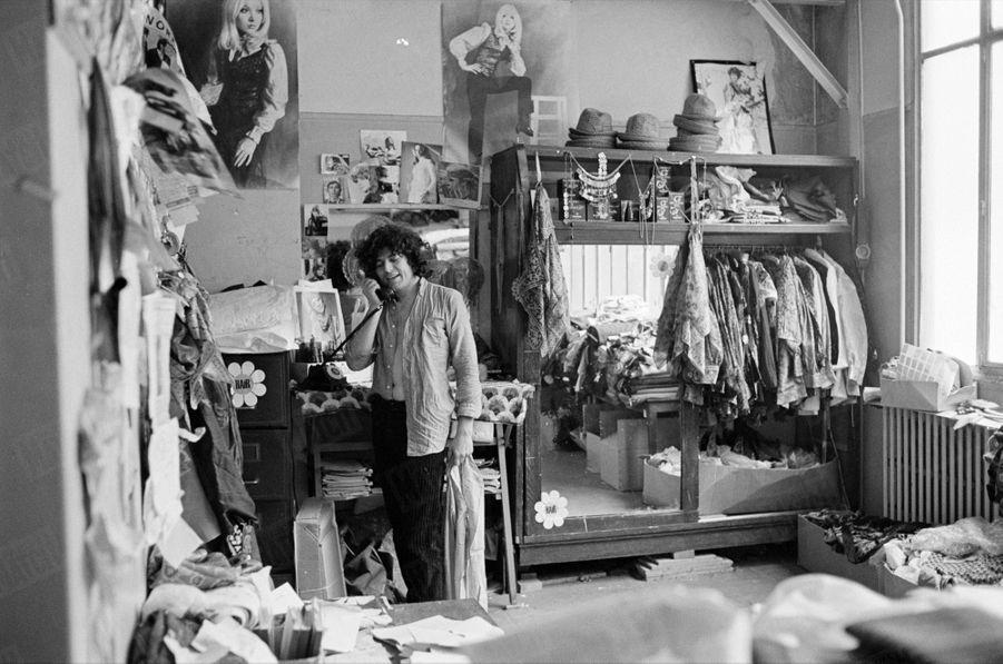«Hair», les répétitions de la comédie musicale au théâtre de la Porte Saint-Martin, en mai 1969 : ici le costumierJean Bouquin dans son atelier du 42 Faubourg du Temple à Paris, en juillet 1969.