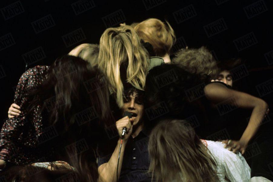 «Hair» : les répétitions de la comédie musicale au théâtre de la Porte Saint-Martin, en mai 1969. Au centre Julien Clerc.