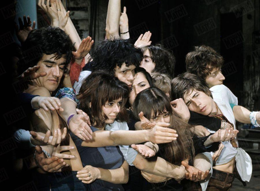 «Ces jeunes Français aux cheveux longs sont les interprètes de « Hair », le spectacle qui ne ressemble à aucun autre et qui déchaîne sur son passage un stupéfiant succès.» - Paris Match n°1043, 3 mai 1969