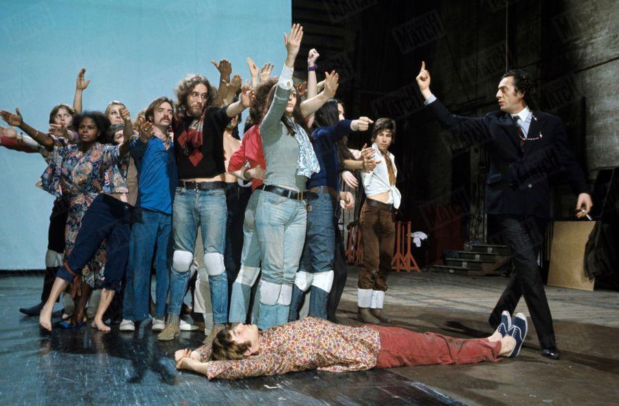 «Hair» : les répétitions de la comédie musicale au théâtre de la Porte Saint-Martin, en mai 1969, sous la direction deBertrand Castelli, à droite, en costume.