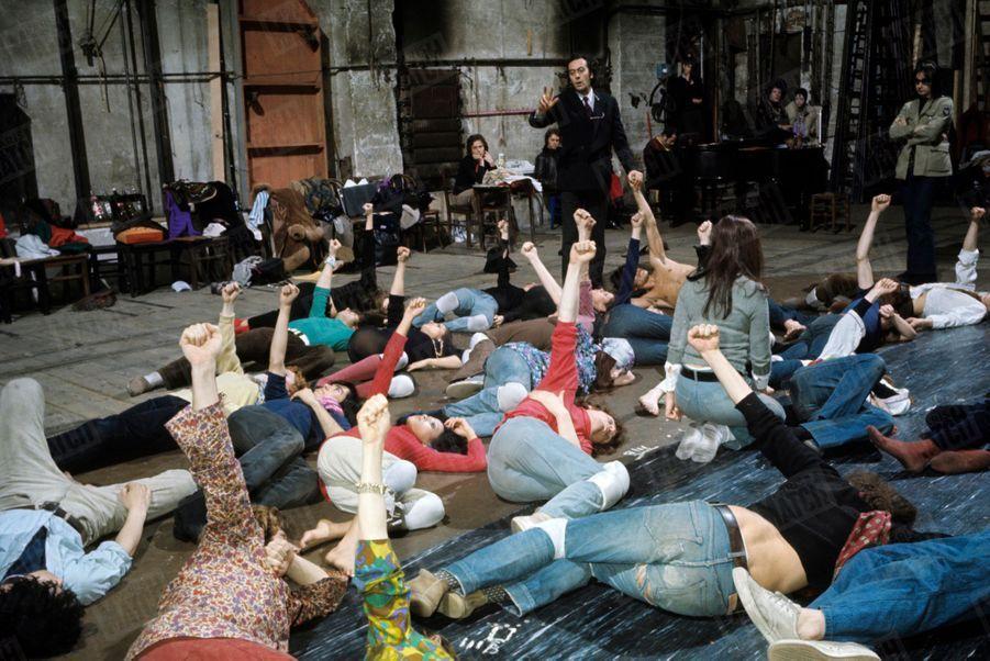 «Hair» : les répétitions de la comédie musicale au théâtre de la Porte Saint-Martin, en mai 1969.