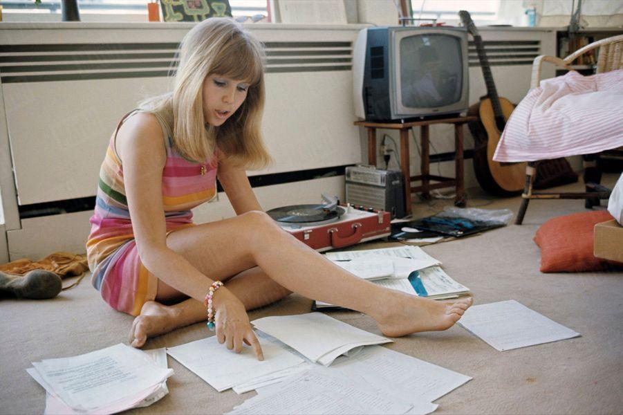 """«Dans son studio, à Montparnasse, Vanina répète l'une des trois chansons qu'elle aura à interpréter dans """"Hair"""".» - Paris Match n°1046, 24 mai 1969"""