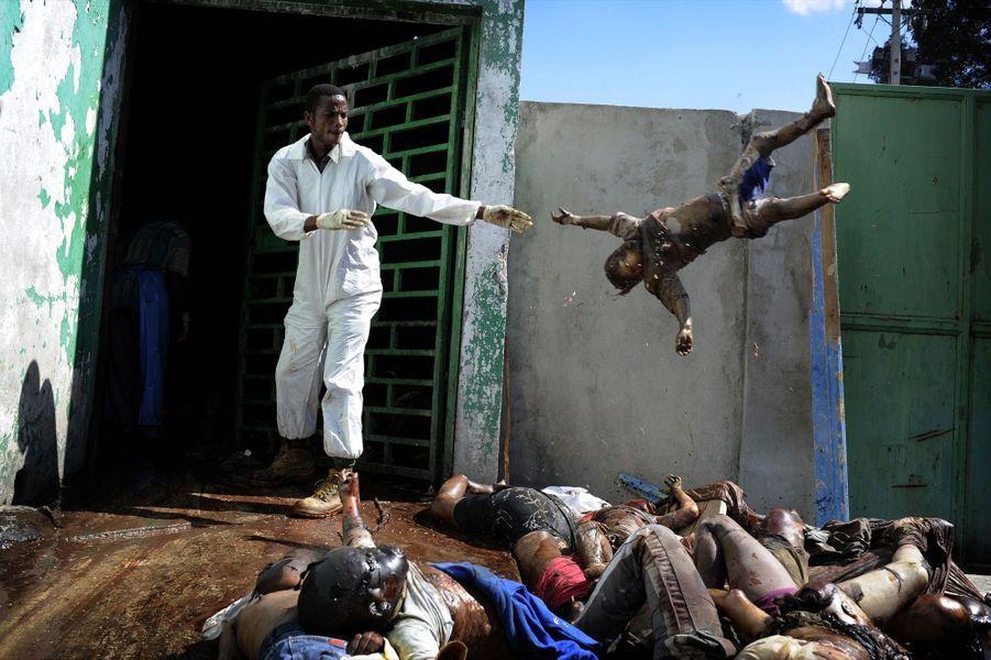« Pour prévenir les épidémies, dans l'urgence, les corps sont déshumanisés. Implacable nécessité. Vendredi 15 janvier, 15 heures. La morgue de l'hôpital général de Port-au-Prince est pleine. Alors les cadavres sont entassés au bord de la rue. Des camions les emportent vers la fosse commune. Car les morts sont aussi un danger pour les survivants. » - Paris Match n°3166, 21 janvier 2010.