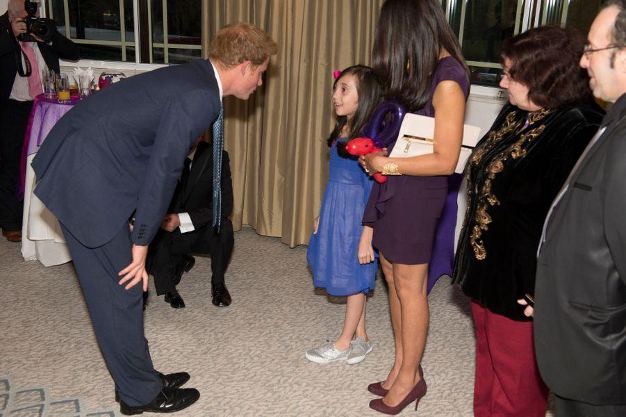 Harry avec Nikki, 9 ans, qui a recueilli ses confidences