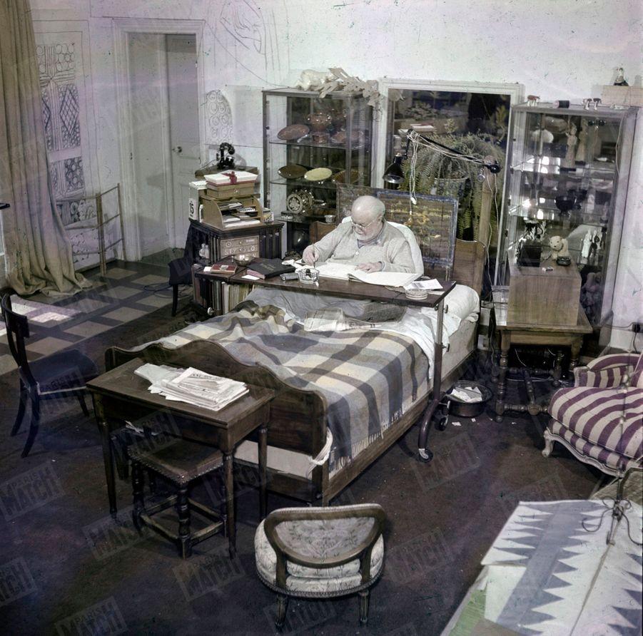 « Matisse ne quitte plus son lit, situé au centre de sa chambre. Il travaille sur une table roulante et réglable. À portée de main : sa bibliothèque tournante. » - Paris Match n°59, 6 mai 1950