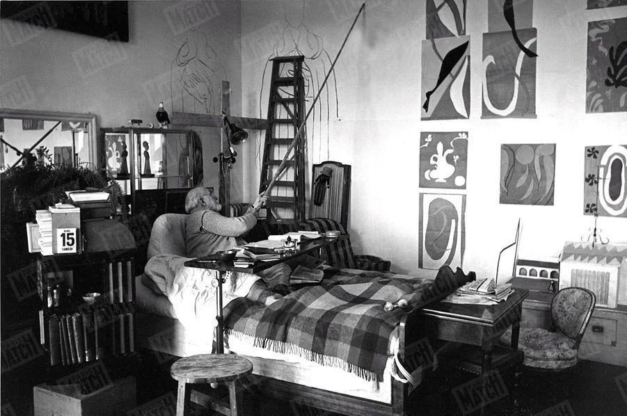 «Avec un fusain au bout d'une perche, Matisse, sans quitter son lit, dessine sur le mur de sa chambre les personnages de ses fresques.» - Paris Match n°59, 6 mai 1950