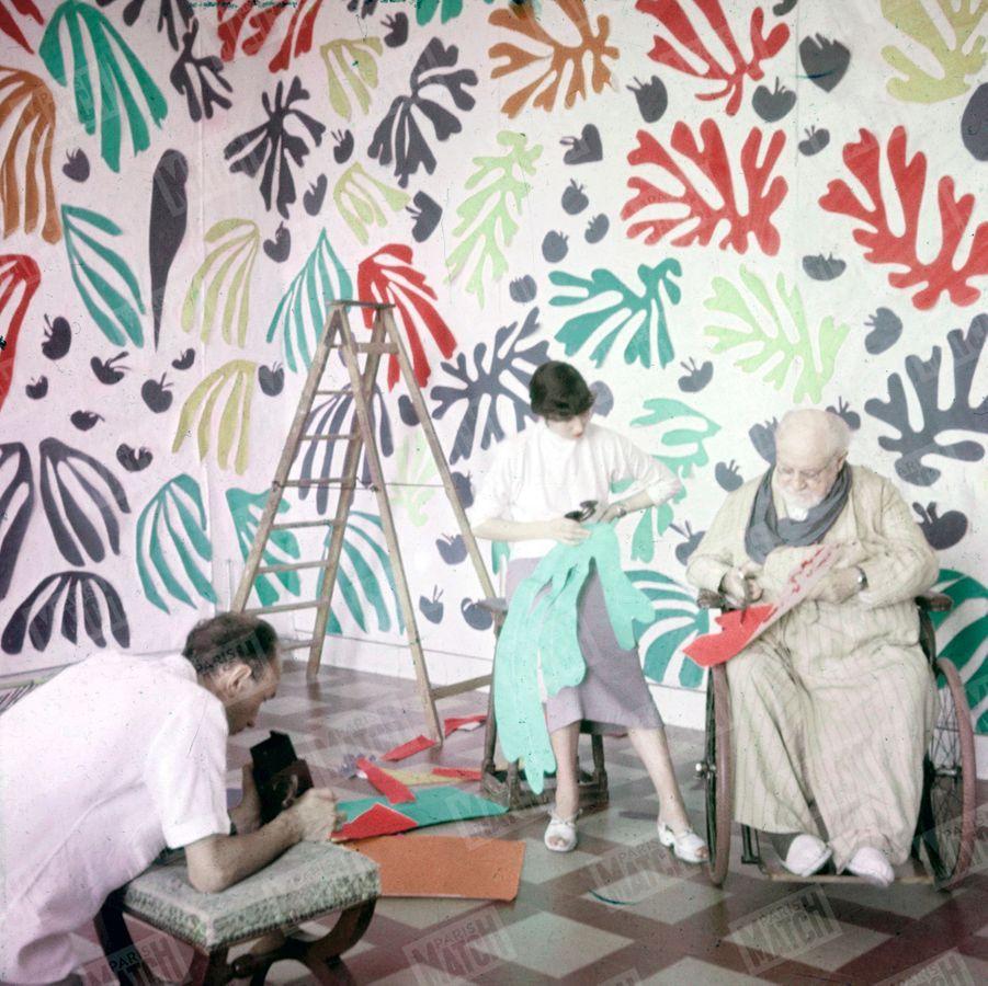 « Quelques semaines avant sa mort, celui qui fut un grand maître de la peinture contemporaine découpe des papiers de couleurs dans son atelier de Cimiez. Il a quatre-vingt-cinq ans. C'est la dernière forme de son art. Il a composé ainsi les vitraux de la chapelle de Vence qui restera son testament artistique. »- Paris Match n°294, 13 novembre 1954