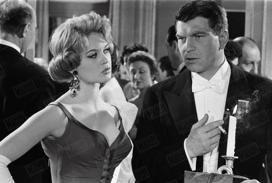"""Henri Vidal avec Brigitte Bardot, sur le tournage du film """"Une parisienne"""" en avril 1957."""